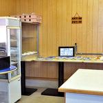 構内食堂 - セルフサービスの料理が並ぶ配膳台