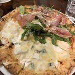 ピッツェリア テルツォ オケイ - 生ハムとルッコラのピザと5種のチーズのピザ