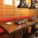 焼肉・ホルモン 激辛番長 - 1階テーブル席