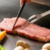 紅花別館 - 料理写真:肉焼く