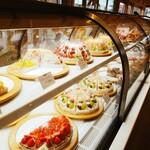 フルーツピークス - 料理写真:眩いケーキたち。