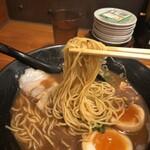 金澤濃厚豚骨ラーメン 神仙 - 麺リフトしてみました