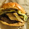淡路島バーガー - 料理写真:シャキシャキの玉ねぎ、うまー♡ソースたっぷりな肉厚なパティヽ(´▽`)/