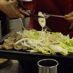 ソウル大門ホルモン - その上に生野菜をどっさり(これも店員がしてくれます)
