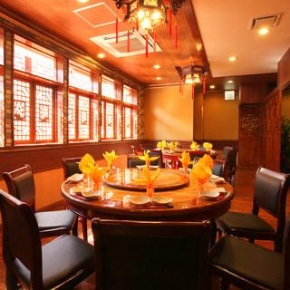 雰囲気ある円卓で家族や会社仲間と美味しいお料理を♪
