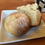 シャルル - シェフの手作りパン。日替わりだと思いますが、奥のアールグレイパンが香りよし味よし