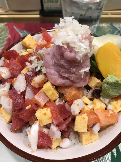 すしと天ぷら とろ一 - ランチ海鮮丼上780円。鮪、サーモン、タコ、イカ、玉子焼きと、ネギトロが中心の具材です。ボリュームもあり、コスパもとても良いと思います(╹◡╹)