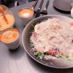123629530 - フルーツトマトのガスパチョ、ハモンセラーノとマッシュルームのサラダ、コカ(生ハムを挟んで焼き上げたパイ)