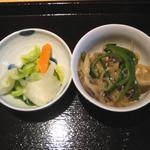 たごころ亭 - 小鉢の舞茸・ピーマン・春雨の炒め煮とおしんこのキャベツ・大根・きゅうり・ニンジンの浅漬け