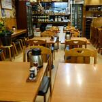 やゆよ・食事屋 - 壁向きのカウンター席もあり、お一人様も気兼ねなく利用できるのが良いですね。