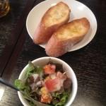 イタリア食堂ポルコ - ランチのパンとサラダ