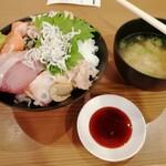 海鮮居酒屋 山傳丸 - 海鮮丼10種盛り 880円