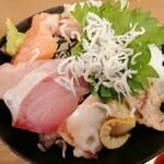海鮮居酒屋 山傳丸 - 海鮮丼10種盛り さあ、数えて!