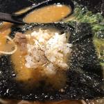 横浜家系ラーメン 銀家 - スープの上で、ライスを乗っけて胡椒をかけて海苔で巻く、、難しい(笑)