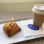 スワン カフェ&ベーカリー - アップルとカスタードのパイ:180円+税、ドリップコーヒー:180円+税