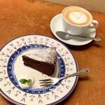 カフェ フランジパニ - CAKE SET(税込1,000円) クラシックショコラとカフェラテ