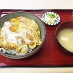 ますや食堂 - 料理写真:お新香と味噌汁が付いております。 味噌汁は家庭的な優しい味。