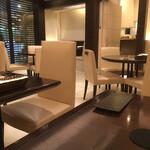 シターラ - 入口の裏にもボックス席とラウンドテーブル席