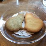 サロン ド テ ジャンナッツ - ジャンナッツのシンボルマークの猫形サブレ 左のサブレはメルシーの茶葉入り