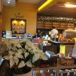 サロン ド テ ジャンナッツ - 店舗内観 カウンター席からキッチン方向