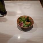 トラットリア・ターボロ・ディ・フィオーリ - サラダは来たものの…手掴みで食えって事?