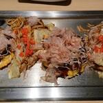 京ちゃばな - カワイイサイズのお好み焼きと焼きそばがこんな感じで並びます