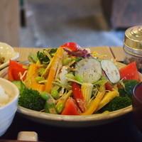 梅山鉄平食堂 - 「野菜もりもりサラダ定食」野菜の種類もたっぷり、量もしっかり!