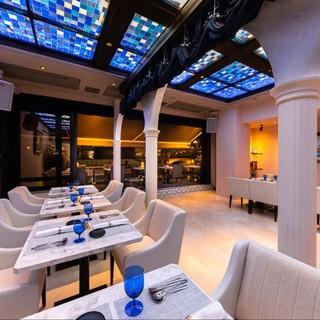 絶景のリバービュー。天井の真っ青のステンドグラスが美しい…
