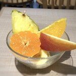 TOKIO - フルーツ・・オレンジ・パイン・バナナ・リンゴなど。サラダもいいですが、フルーツも美味しい。