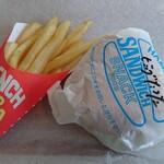 エイトビートバーガー - 料理写真:ビッグたつたバーガー250円、フライドポテト100円、どちらも税抜き価格
