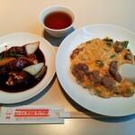 Koubemotomachibetsukambotanen - 麺・飯1品にメインも選べるメインセット1,350円、右は牛肉の卵とじかけごはん、左はハーフサイズの黒酢酢豚