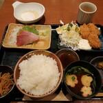 和ダイニング二階 - 日替り鮮魚刺身、カキフライ