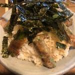 高田屋 - 元気丼。ここの名物でニンニクの芽をベーコンで巻いた元気の出る串のご飯バージョンです。