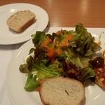 12371104 - サラダとフリッタータとパン