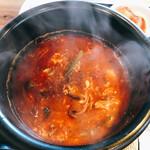韓国家庭料理 炭火焼肉 しんちゃん - アツアツで湯気がゆらゆら