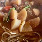 そば園 佐竹 - 大根、ねぎ、里芋、椎茸、人参、ゴボウ、芋がら、コンニャク などが入っています。