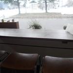 雑穀cafe 小粒 - カウンターが6席近く、テーブル席が3つ。