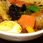 カレー食堂 心 - 14種野菜と骨付きチキンのスープカレー