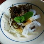 黄果報 - モズク、いか、玉ねぎの和え物