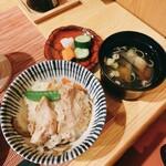 釜飯と和食 旬 - 鶏五目釜飯    お茶碗によそったの図