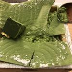 サロン ギンザ サボウ - 茶房パフェ濃いめ1400円。表面のホワイトチョコレートを割ると、中には、たっぷりのマスカルポーネとアイスクリーム。濃い抹茶の香りで、ペロリといただきました(╹◡╹)