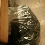 123773480 - 上着と鞄は卓上の大きなビニール袋にイン!足下に避難させます