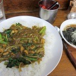 弁慶 - 野菜カレーとスープです 野菜カレーは青菜とタマネギ入りのチキンカレーです