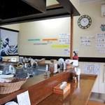 弁慶 - 店内はL字型カウンターのみ 辛さは卓上のパウダーで調節します