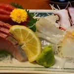 天婦羅 たる松 - 刺身も盛り合わせ'1700円也)も、ネタよかった。