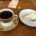 カフェベルニーニ - 料理写真:チーズケーキと本日のコーヒーで1,030円