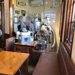 カフェベルニーニ - 店内テーブル席と奥の焙煎機