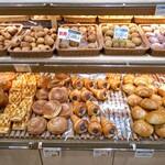 ボーレ デッキー - 棚に並ぶパン類