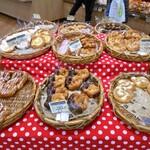 ボーレ デッキー - 陳列台に並ぶパン類