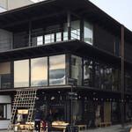 松華堂菓子店 - お店の外観です。ここの二階にあります。